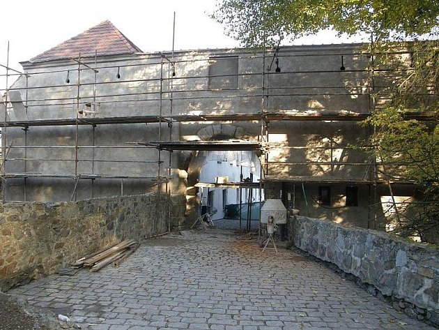 Západní brána strakonického hradu.
