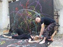 Martin Řepa s manželkou Jitkou při performanci Barvy v akci.