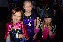 Děti v barevných maskách řádily na maškarní v Cehnicích.