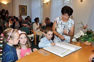 V obřadní síni strakonické radnice se v úterý 19. června uskutečnilo vítání občánků.