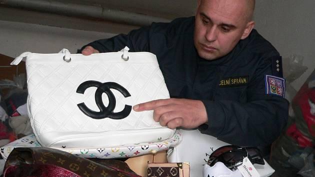 Petr Malec z Celní správy Strakonice ukazuje padělané značkové zboží.