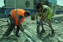 Dělníci vybourávají dilatační uzávěr