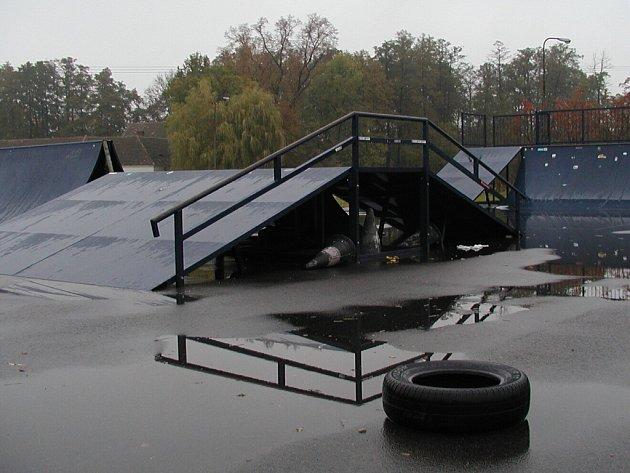 Novému skate parku ve sportovním  areálu na Blanici, schází poslední rampa.