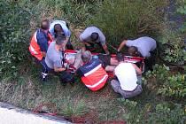 Přivolaní hasiči i lékař ke zraněnému slanili.