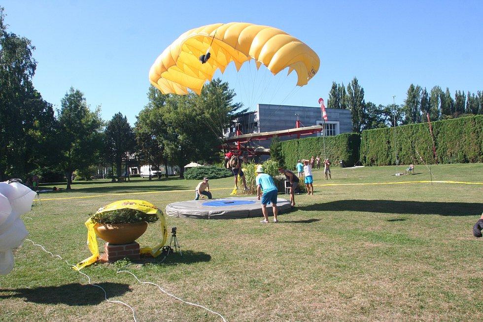 Závod parašutistů ve venkovním areálu strakonického plaveckého areálu patří v náročnosti přesnosti přistání k nejtěžším.