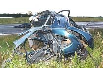 Jen hromada šrotu zbyla ze dvou aut po pondělní dopravní nehodě u Záhoří, kde zbytečně zemřeli dva mladíci.