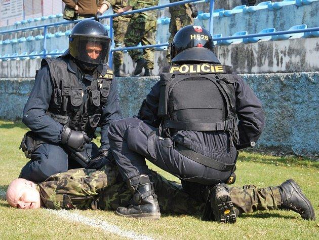 Policisté z pořádkové jednotky ve Strakonicích na fotbalovém stadionu na Křemelce cvičili zásah proti neukázněným fanouškům utkání.