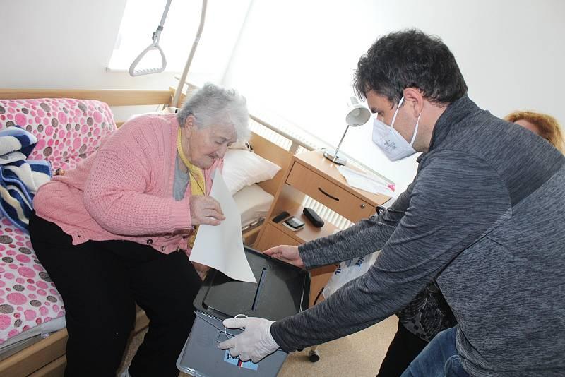 Volby 8. října v DS Rybniční ve Strakonicích.