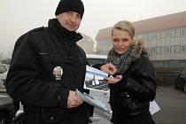 Strážník městské policie Petr Kadlec předává informační leták Lence Mandátové.