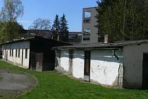Boudy na ohraji hřiště u Základní školy Dukelská ve Strakonicích se pomalu rozpadají.