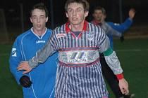 Strakonice se rozešly s Třeboní smírně 1:1. Na snímku vlevo je Maroušek, po jehož střele kterou dorazil Hajdušek, otevřeli Strakoničtí skóre. Vyrovnání zařídil o pár minut později Houdek (vpravo).