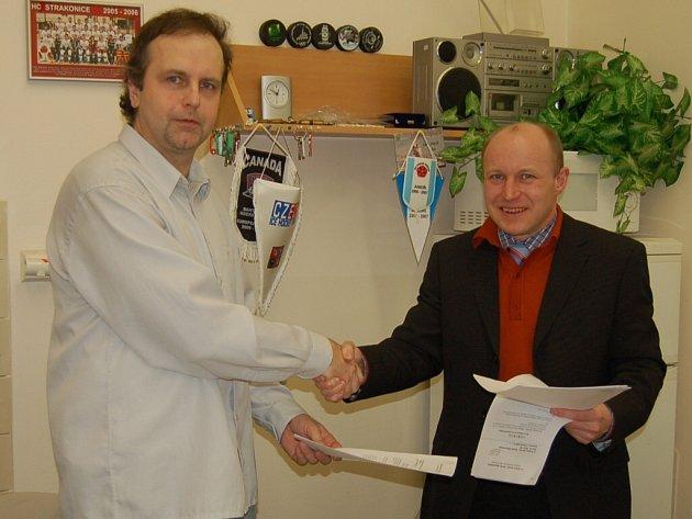 Předseda výboru HC Strakonice Pavel Srb (vlevo) s ředitelem firmy Knürr Nišovice Andreasem Wiertzem po podpisu smlouvy.
