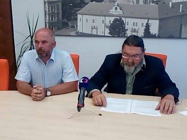 Starosta Břetislav Hrdlička (vpravo) a místostarosta Milan Jungvirt na mimořádné tiskové konferenci.