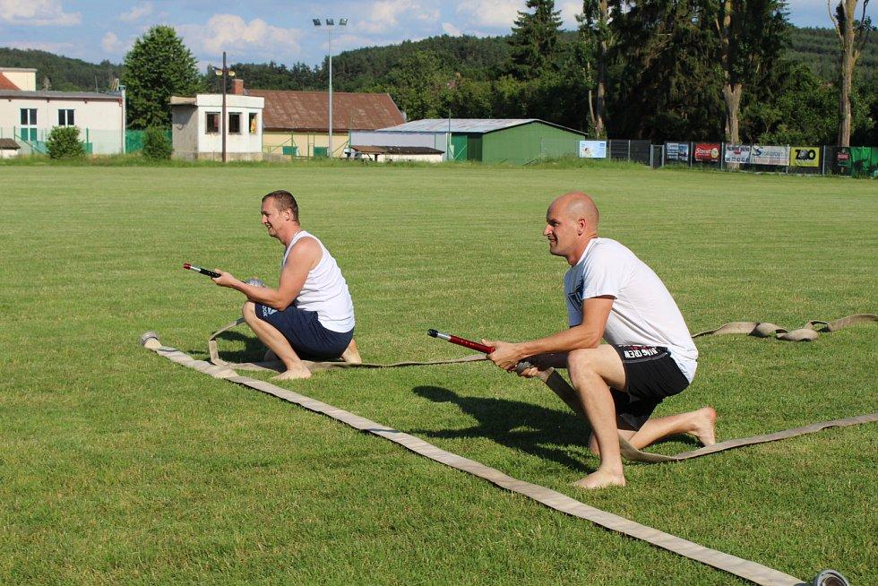 Ohniváčci SDH Cehnice měli poslední trénink před prázdninami. Čekal je křest v kádi i trénink rodičů.