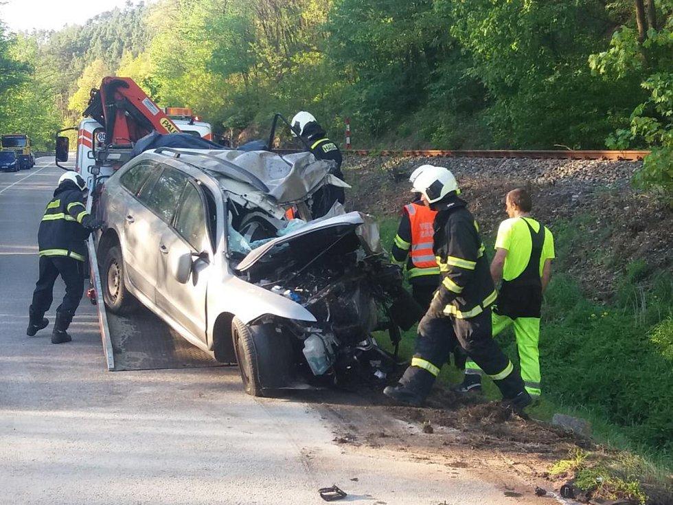 Smrtí dvou lidí skončil v pondělí 30. dubna odpoledne střet osobního a nákladního vozidla. Třetího pasažéra z osobního vozu letecky transportovali záchranáři do nemocnice.