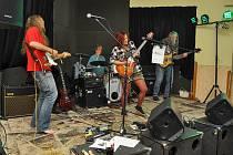 Na památečném parketu Vacovické hospody vystoupil Santa Morella Band s jarní náladou a jako by přijel zpod Skalistých hor, přenesl písně Neila Younga do Pošumaví.