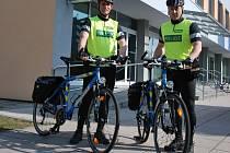 Michal Pešek a Petr Šíma v pondělí 26. března poprvé vyjeli střežit pořádek na kolech.