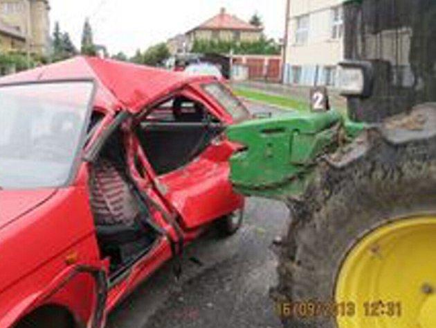 Na křižovatce došlo 16. září 2013 před polednem ke srážce osobního automobilu s traktorem.