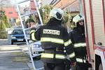 Vyvrácený smrk u kulturního domu a zásah hasičů v ulici Šumavská ve Vodňanech.