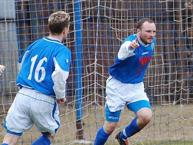 Petr Janus (vpravo) třemi góly rozhodl o výhře Katovic nad Lažištěm 3:1.
