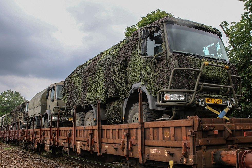 Technika strakonických vojáků se přesunula do Litvy po železnici.