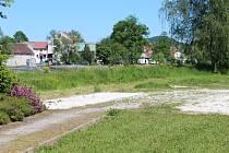 Prostor, kde kdysi bývalo hřiště, zaplní začátkem července nové herní prvky.