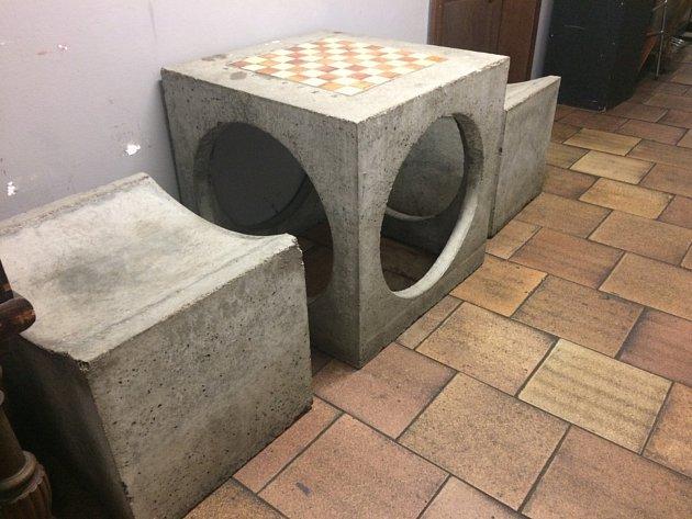 Betonový šachový stolek.