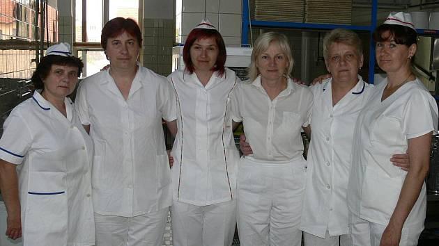 Jaroslava Ladislavová, Marie Kůsová, Lucie Malá, Marie Holzbauerová, Alena Kůrková a Marie Janusová ze školní kuchyně