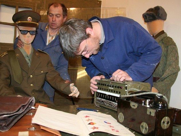 Příprava výstavy věnované armádě v Muzeu Středního Pootaví ve Strakonicích.