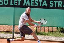 Celostátního tenisového turnaje se na strakonických kurtech zúčastnilo třicet hráčů. Na snímku je vítěz turnaje David Mrázek.