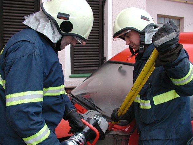 Praktické použití páčidla a hydraulických nůžek na snímku  naznačují hasiči Jaroslav Pýcha a  Antonín Synek (zleva) z Blatné.