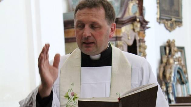 Kostel v Paštikách. Duchovní Rudolf Hušek.