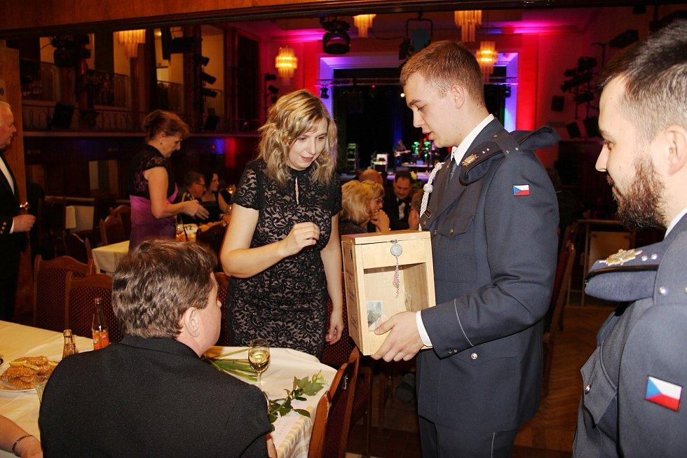 Na vojenském plese se vybralo 32 tisíc korun.