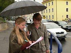 Členové dětského zastupitelstva počítali auta i na křižovatce u Hvězdy.
