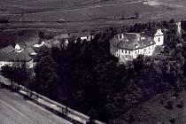 Zámek Střela se pyšní na kopci, jež se nachází 4 kilometry západně od Strakonic. Pod kopcem se nachází stejnojmenná obec.