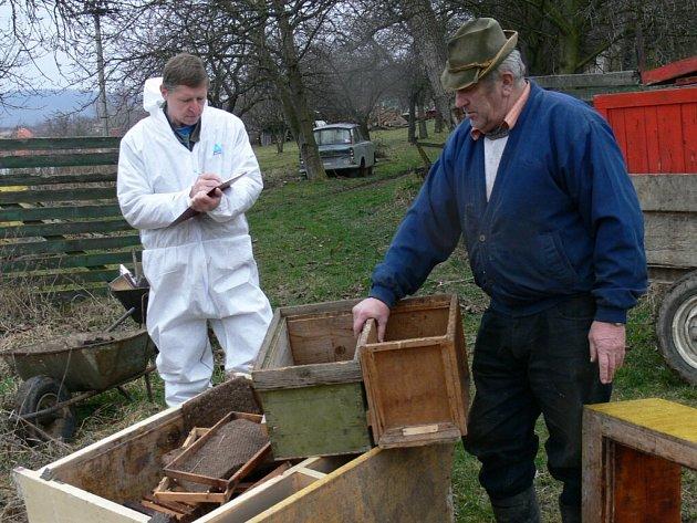 Včelaři bojují nejen s varroázou. Loni se kvůli výskytu včelího moru pálily úly na Vodňansku.