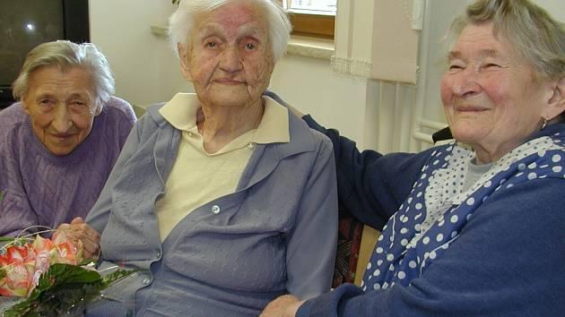 Alžběta Pletánková (uprostřed) měla spoustu gratulantů