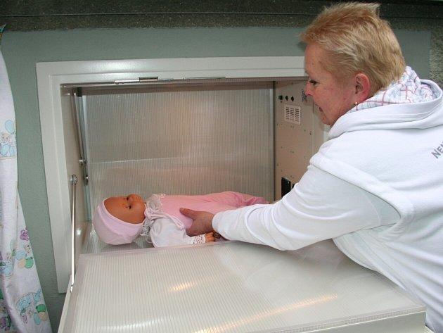 Staniční sestra z porodnice Miloslava Jurášová demonstrovala vložení dítěte do zařízení .
