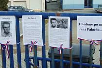 Studenti Gymnázia Strakonice připravili vzpomínku na Jana Palacha na mostě nesoucí jeho jméno.