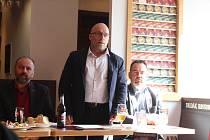 Ředitel pivovaru Dudák Dušan Krankus (uprostřed) přiblížil výrobu strakonického piva.