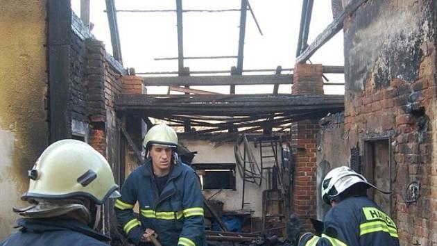 Kůlna u domu tkařka lehla popelem.