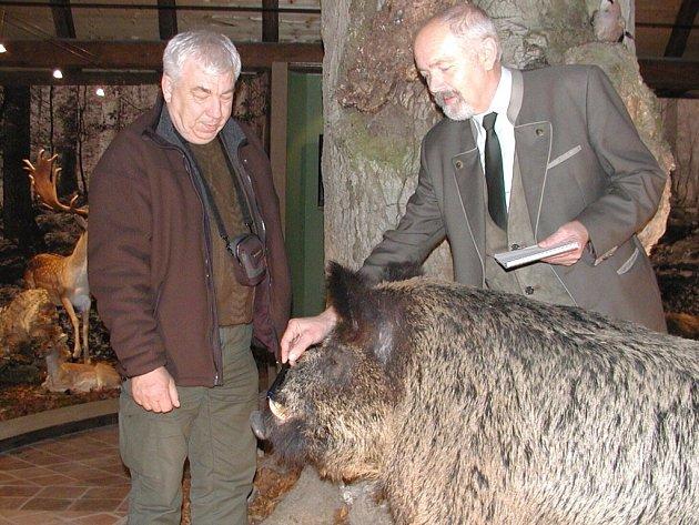 V Myslivecké síni jsou vystavené vypreparované exponáty daňků a kňourů. U jejího zrodu stál  vodňanský lesní správce  podniku Lesy ĆR Viktor Blaščák (vpravo) na snímku s Jaromírem Latnerem z Lesní správy Jeseníky.
