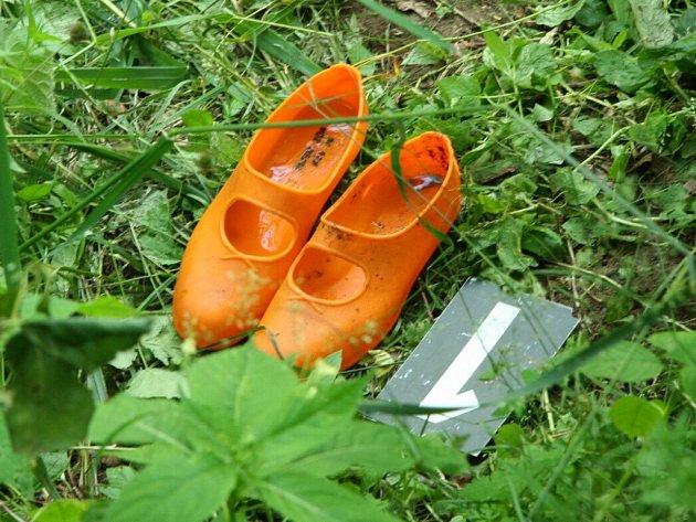 Kriminalisté našli v řece gumové koupací boty.
