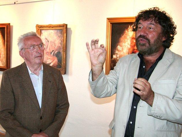 Ocenění Zeyerův hrnek převzal z rukou režiséra Zdeňka Trošky také vodňanský rodák Rudolf Berka (vlevo)