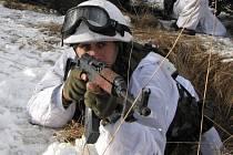 Rotný Marek Botur při nácviku bojových drilů.