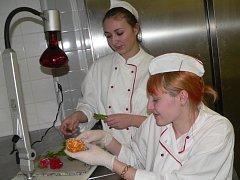 Lenka Kroupová a Tereza Francová při výrobě růží z karamelu.