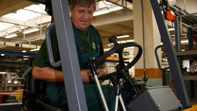 Při závěrečných úpravách v kabině terénního  vozíku určeného do Španělska je na snímku montér Josef Koubek.