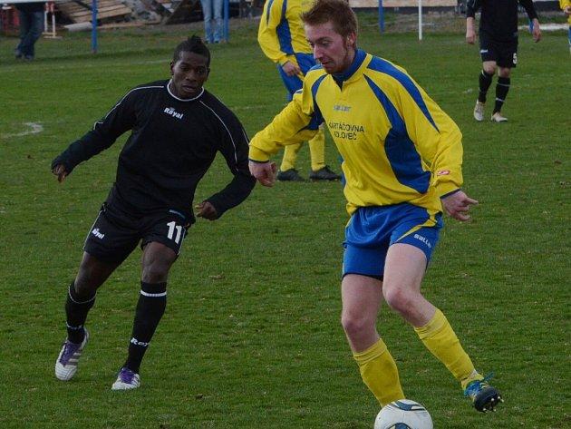 Fernando Hudson (vlevo) dal jediný gól utkání, Strakonice porazily Koloveč 1:0.