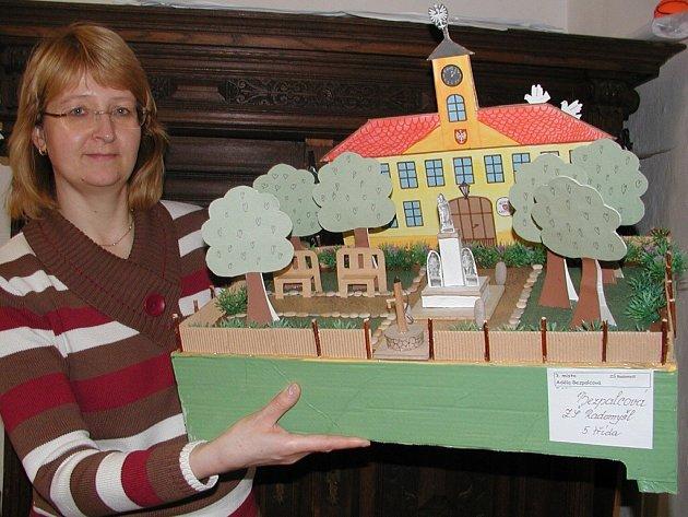 Na snímku drží model náměstí Ivana Jandová.