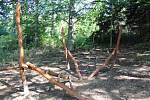 Sportovně naučná stezka, která je v lesoparku za Střední rybářskou školou ve Vodňanech, se rozrůstá o nové prvky. Doplní původní prolézačky a obří houby.